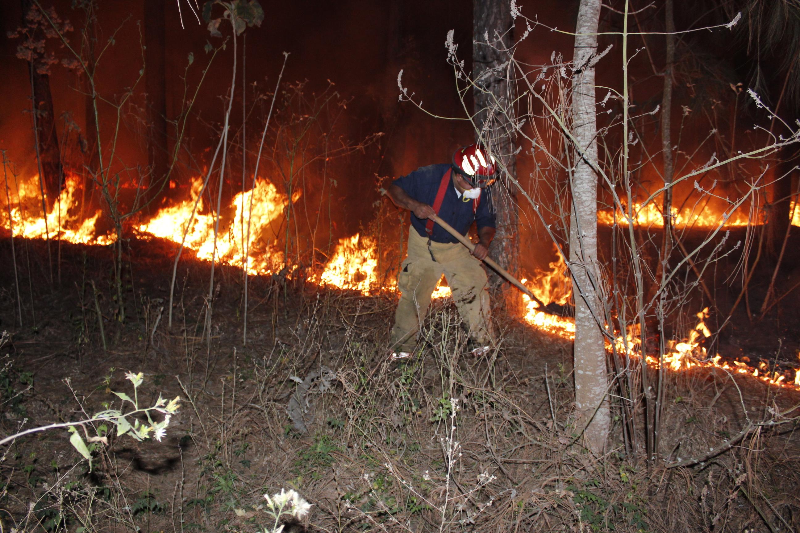 Socorristas apagan un incendio forestal en Chimaltenango, (Foto Prensa Libre: Víctor Chamalé)