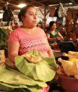La comerciante Florinda Quibaja despacha pollo en hoja de maxán. (Foto Prensa Libre: Cristian Soto).