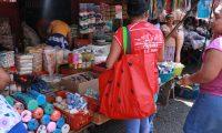 Algunos compradores usan bolsas de tela para llevar sus productos en el mercado de Samayac. (Foto Prensa Libre: Cristian Soto).