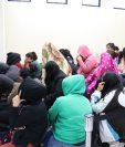 Del grupo de presuntos extorsionistas, siete son hombres y 28 mujeres. (Foto Prensa Libre: María Longo)