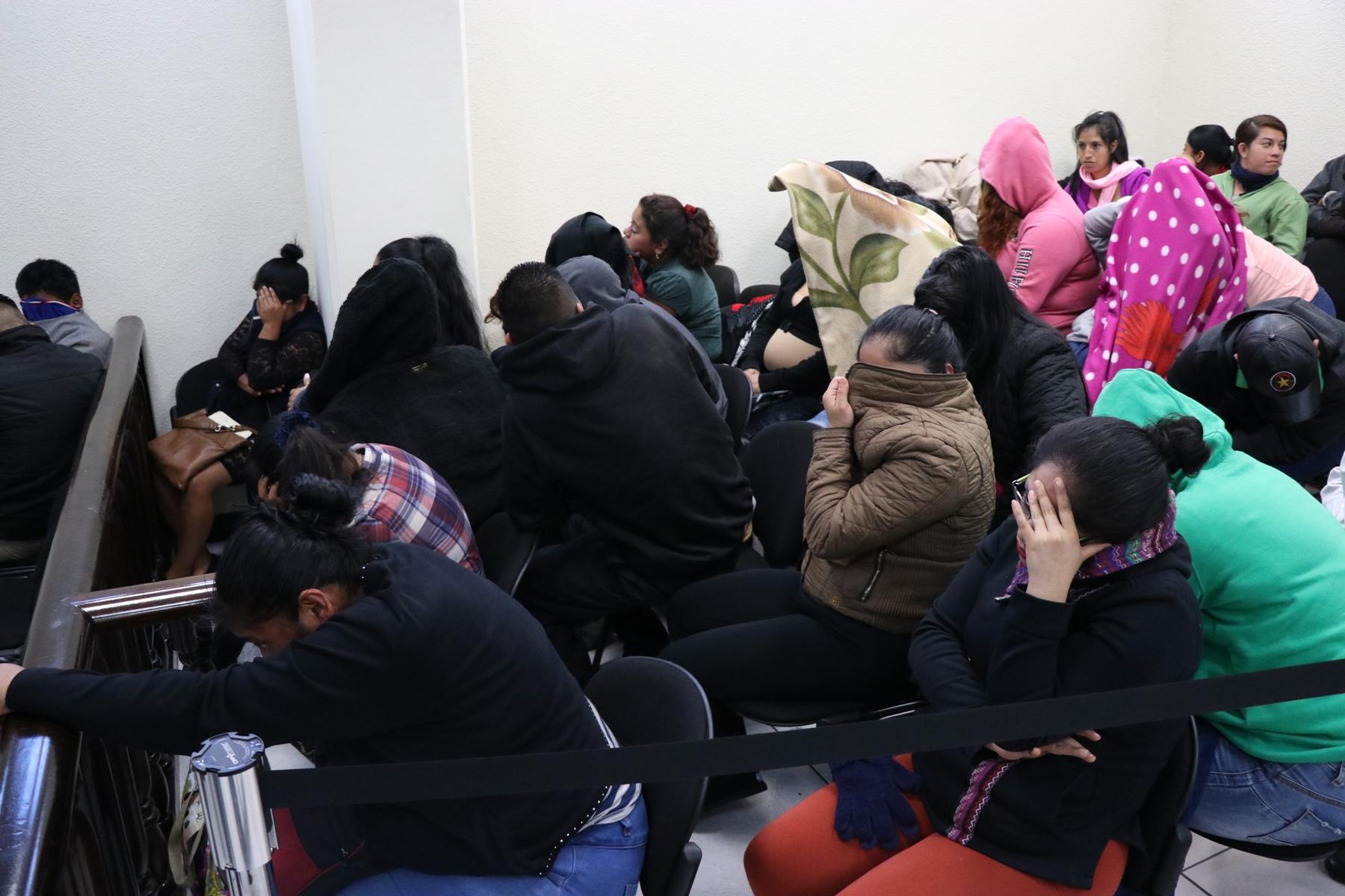 Los sindicados se  cubrieron el rosto con frazadas y sudaderos para evadir las fotografías.  (Foto Prensa Libre: María Longo)