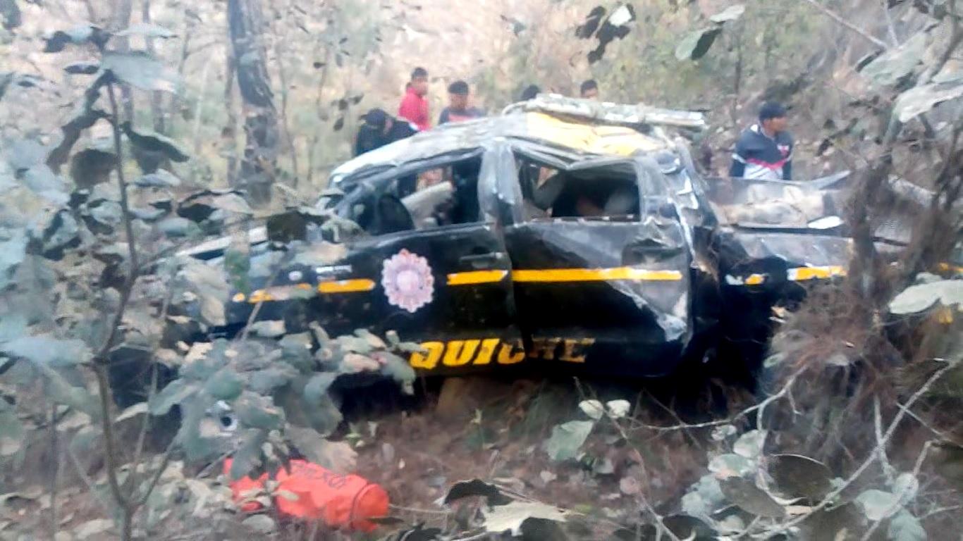 Así quedó la autopatrulla de la PNC al caer a barranco de Santa Cruz del Quiché.   (Foto Prensa Libre: Héctor Cordero).
