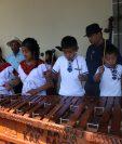 Niños que interpretan la marimba cautivan la atención de los asistentes. (Foto Prensa Libre: María Longo)