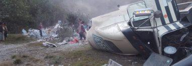 Mientras el tráiler estaba volcado en la cinta asfáltica las personas hurtaban el cemento que se cayó del vehículo, (Foto Prensa Libre: Héctor Cordero).