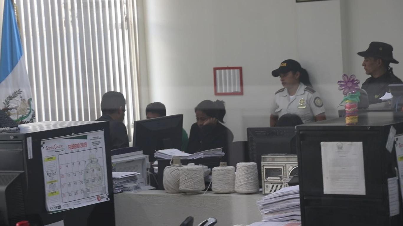 Los tres agentes detenidos deberán esperar a que haya espacio en la agenda del juzgado para rendir su primera declaración. (Foto Prensa Libre: Héctor Cordero)