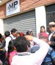 En compañía de lideres comunitarios y vecinos, el diputado denunció en el MP de Xela.  (Foto Prensa Libre: María Longo)