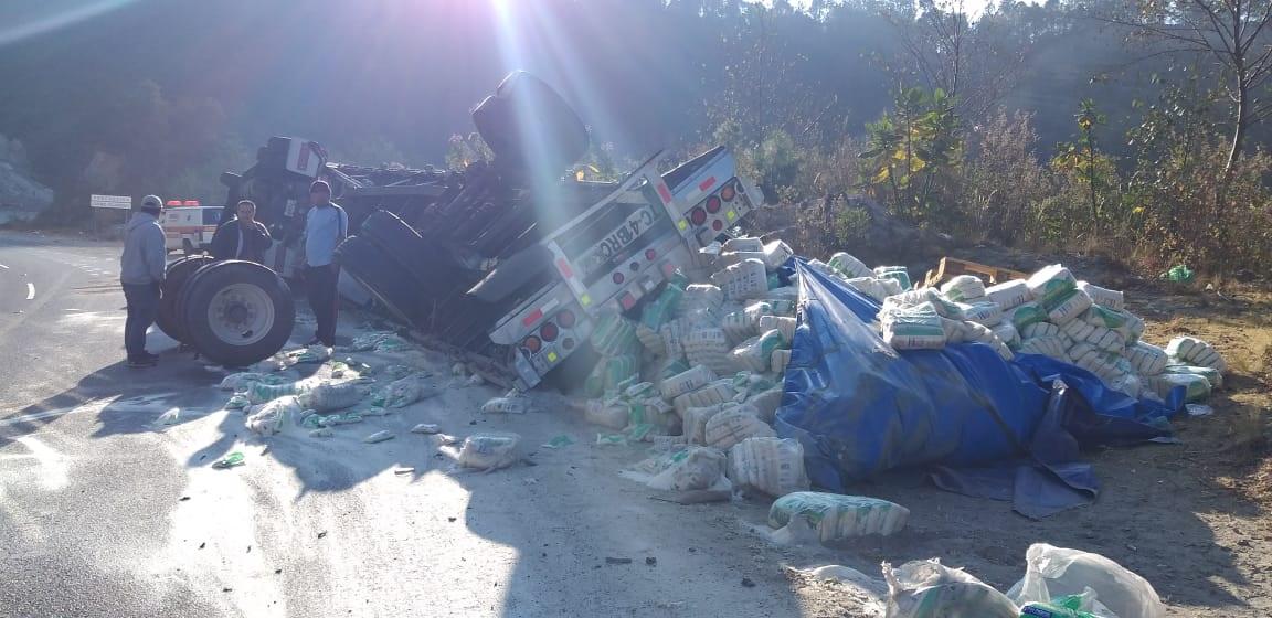 Camión accidentado en el kilómetro 104 de la ruta Interamericana. (Foto Prensa Libre: Héctor Cordero).