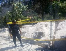 Agentes de la PNC resguardar la construcción donde fue hallada una granada. (Foto Prensa Libre: Mike Castillo)