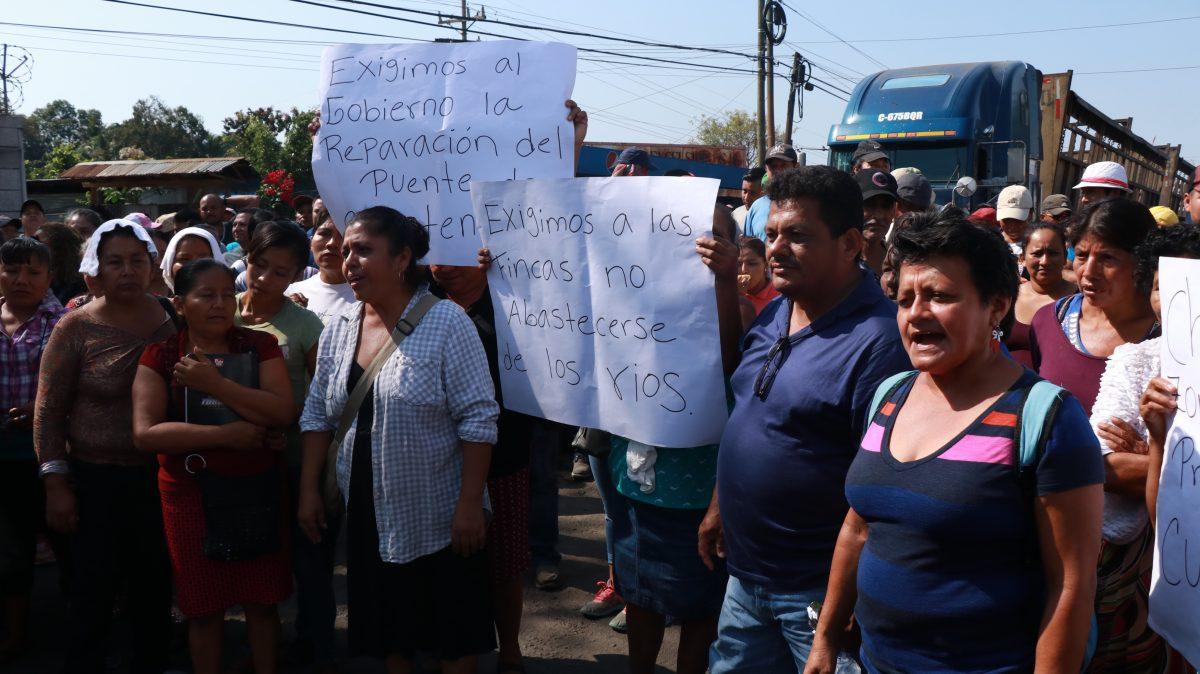 Vecinos de Cuyotenango bloquean la ruta al Suroccidente para exigir la liberación de un río