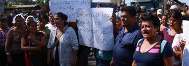 Los pobladores exigen la liberación del río Icán, en Cuyotenango, Suchitepéquez. (Foto Prensa Libre: Cristian I. Soto)