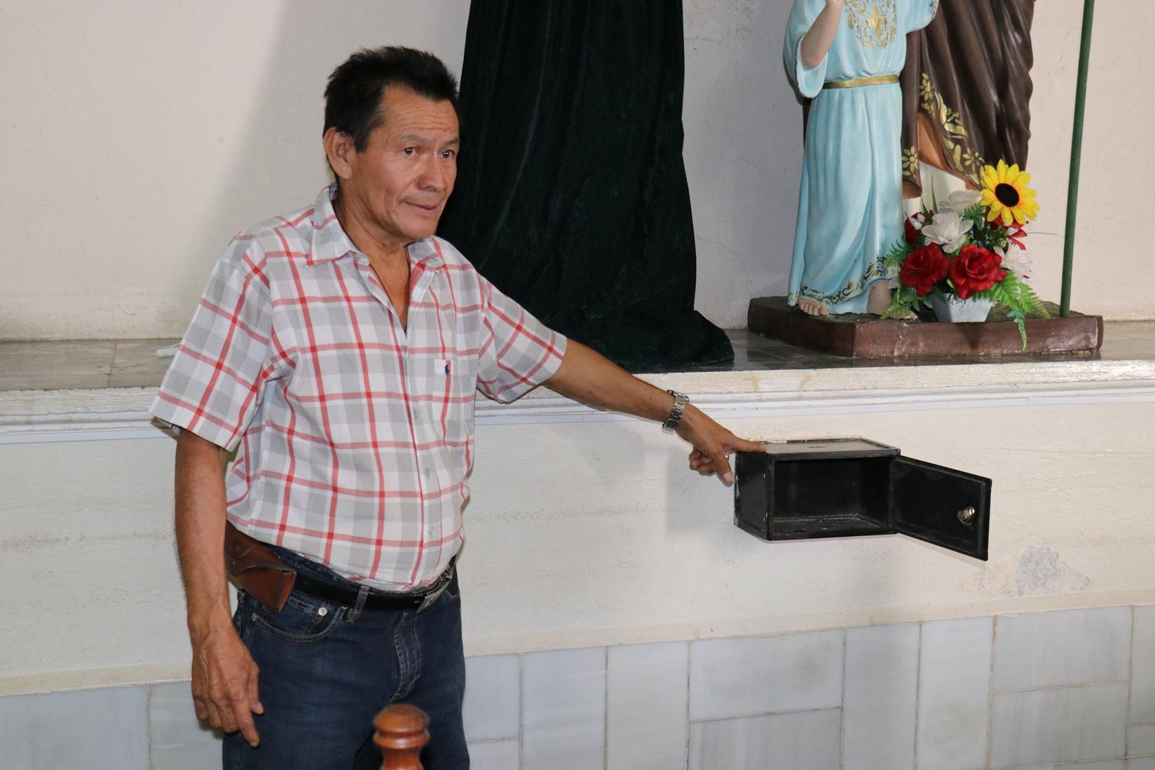 El sacristán Concepción Ávalos señala una de las alcancías de donde fueron robadas ofrendas. (Foto Prensa Libre: José Boya).
