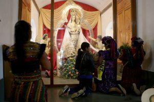 Fieles llevan ofrendas a la Virgen de Candelaria en Chiantla, Huehuetenango. (Foto Prensa Libre: Mike Castillo)