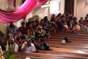 Fieles hacen filas para ingresar al camerino de la Virgen de Candelaria en Chiantla. (Foto Prensa Libre: Mike Castillo)