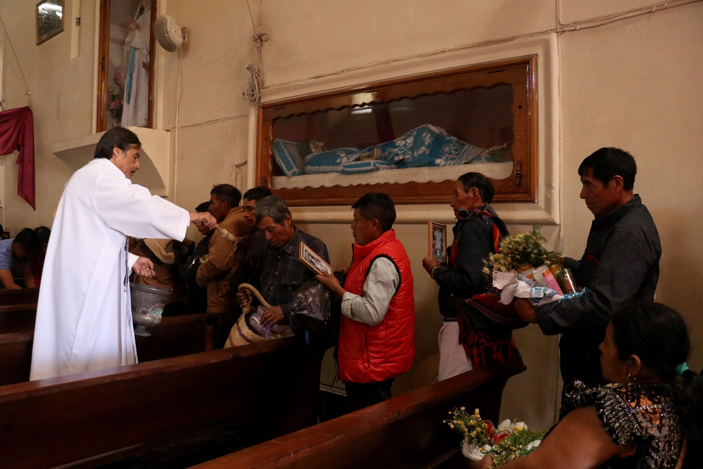 Bendición de cuadros y flores en la iglesia de Chiantla. (Foto Prensa Libre: Mike Castillo)