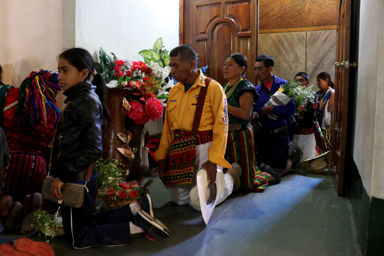 Peregrinos ingresan de rodillas al camerino de la Virgen de Candelaria. (Foto Prensa Libre: Mike Castillo)