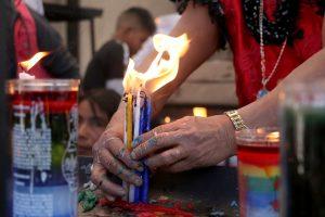 Mujer sostiene velas y soporte dolor de la cera caliente. (Foto Prensa Libre: Mike Castillo)