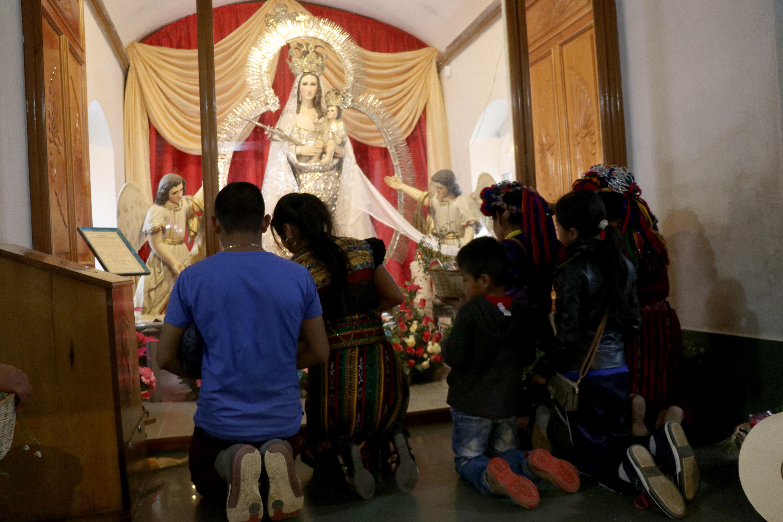 Fieles católicos llegan ante la Virgen de Candelaria en Chiantla, Huehuetenango. (Foto Prensa Libre: Mike Castillo)