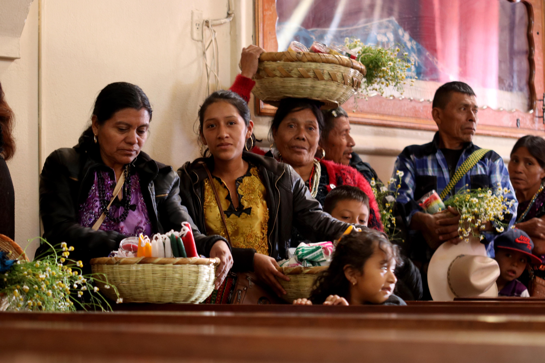 Mujeres cargan plantas medicinales que esperan bendecir frente a la Virgen de Candelaria. (Foto Prensa Libre: Mike Castillo)