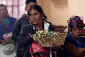 Plantas son bendecidas para luego sanar enfermedades, según las creencias. (Foto Prensa Libre: Mike Castillo)