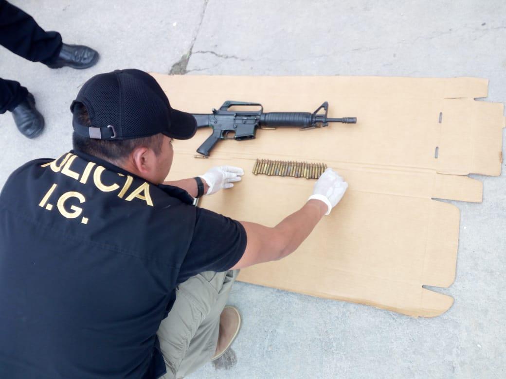 El agente detenido no contaba con la ducumentación ni autorización para portar un fusil. (Foto Prensa Libre: César Hernández)