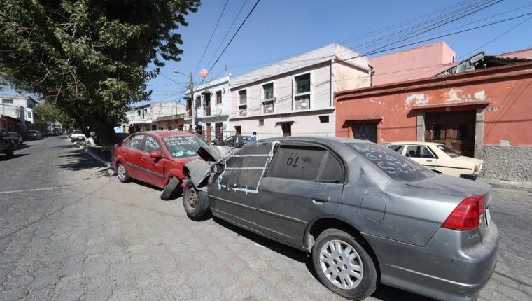 Tres calles del barrio Las Flores, de la zona 1 altense, están ocupadas por vehículos que la PNC consignó, vecinos exigen su retiro. (Foto Prensa Libre: Mynor Toc)