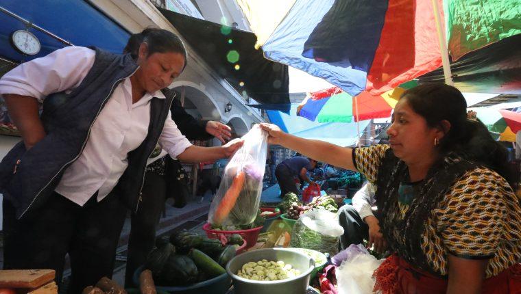 A partir de hoy en Olintepeque, Quetzaltenango, está prohibido el uso de plásticos desechables y duroport. (Foto Prensa Libre: Mynor Toc)