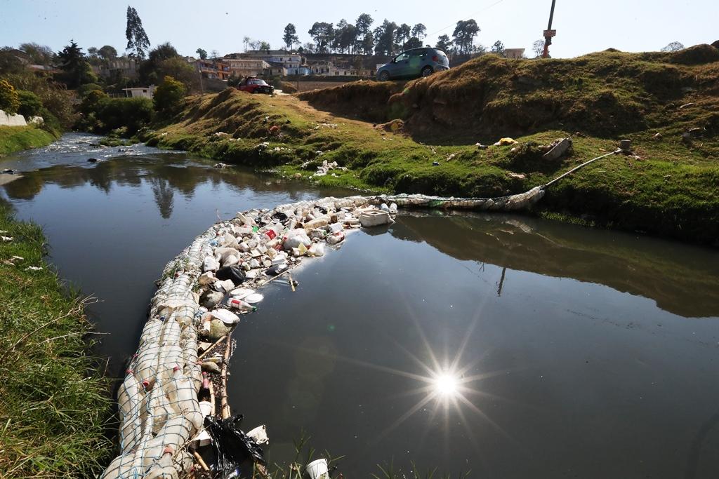Las biobardas instaladas en municipios de Quetzaltenango evitan que tonelada de desechos lleguen al mar. (Foto Prensa Libre: Mynor Toc)