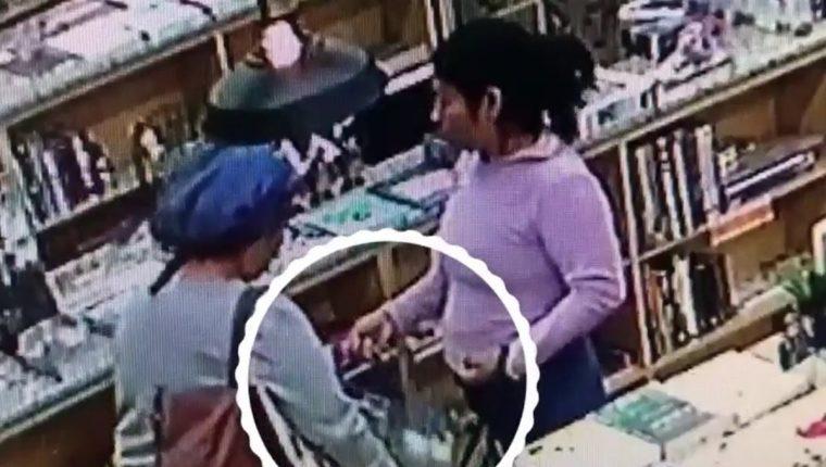 Las cámaras de seguridad grabaron el momento en que las mujeres robaron los libros. (Foto Prensa Libre: Cortesía)
