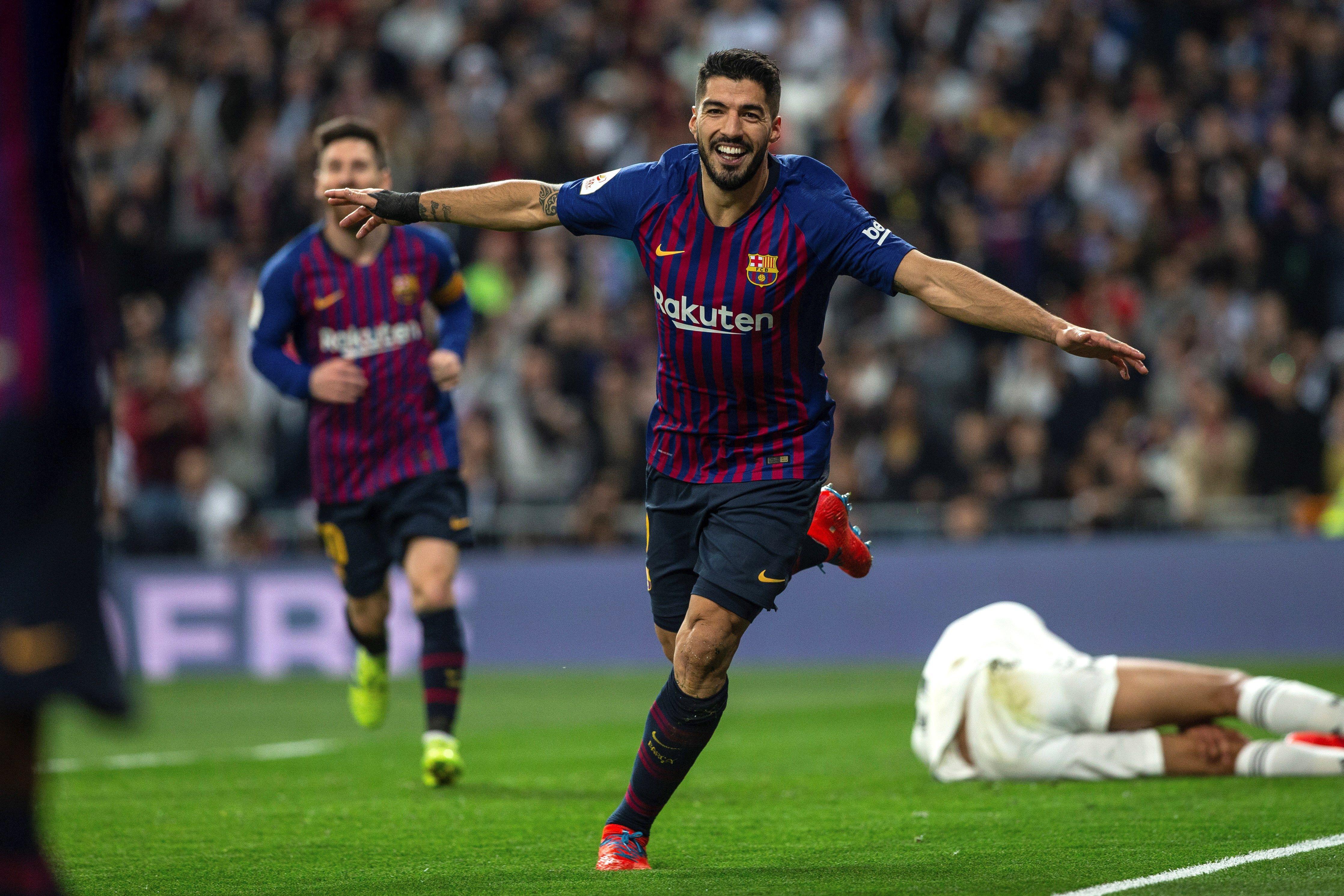El delantero del FC Barcelona Luis Suárez (d) celebra tras marcar el segundo gol ante el Real Madrid. (Foto Prensa Libre: EFE)
