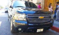 Los vehículos de la caravana presidencial se estuvieron estacionados en la 9a. avenida frente al Palacio Legislativo mientras la reunión de los mandatarios se realizaba. (Foto Prensa Libre: Carlos Hernández Ovalle)