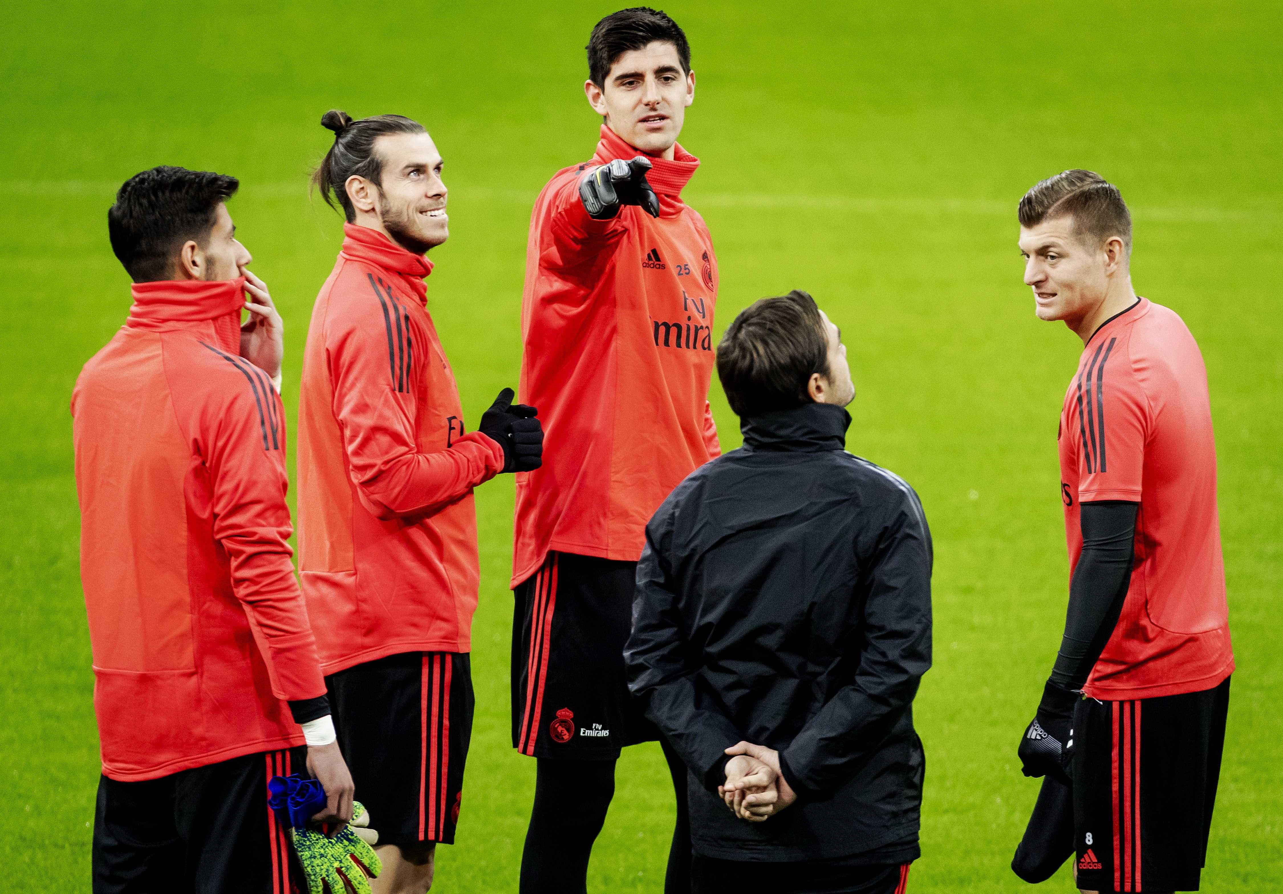 Los jugadores del Real Madrid (izq a dcha) Diego Altube, Gareth Bale, Thibaut Courtois, y Toni Kroos participan en una sesión de entrenamiento en el estadio Amsterdam Arena de Amsterdam. (Foto Prensa Libre: EFE)