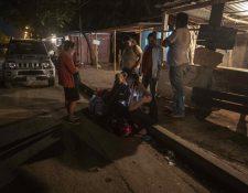 Familiares de presos políticos esperan afuera de una cárcel en Managua. (Foto Prensa Libre: EFE)