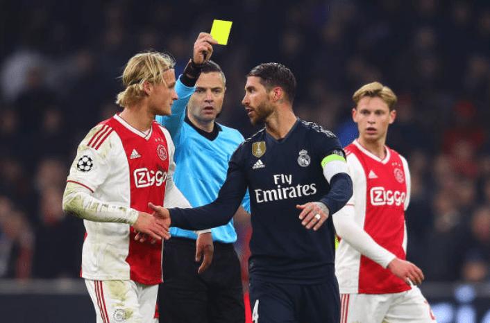 Sergio Ramos fue amonestado en el juego contra el Ajax. (Foto Prensa Libre: @elchiringuitotv)