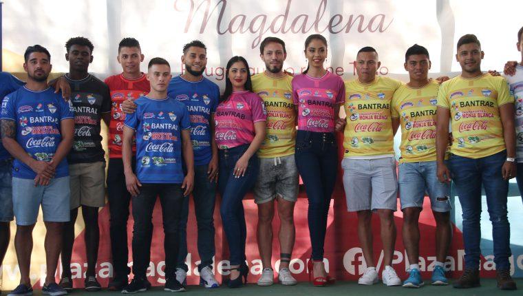 Los jugadores de Cobán Imperial posan con los nuevos diseños de su camisola. (Foto Prensa Libre: Eduardo Sam Chun)