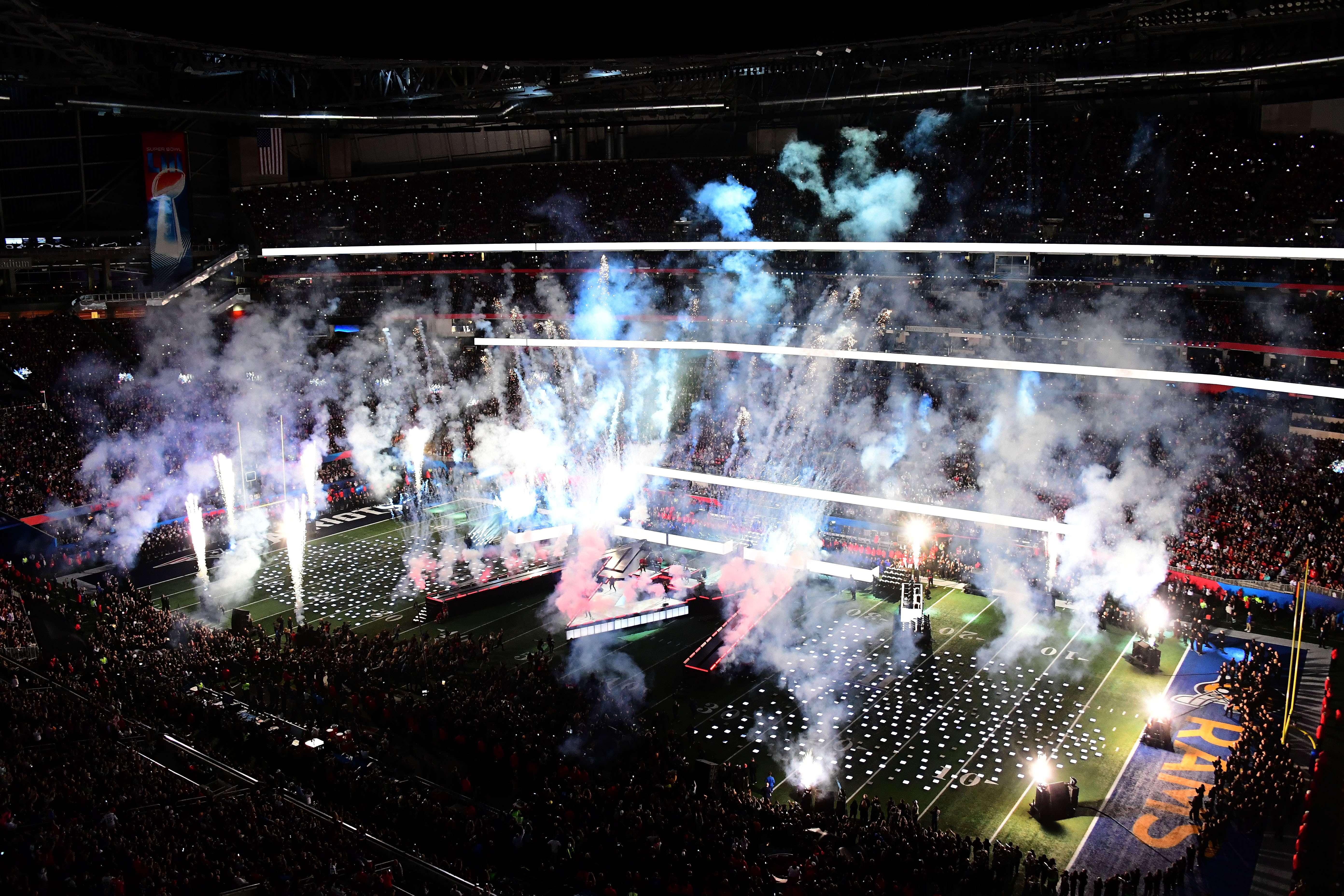 El show del Super Bowl fue aprovechado para proyectar adelantos de las películas más esperadas de este año (Foto Prensa Libre: AFP)