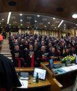 El papa Francisco se dirige a los obispos en la inauguración del encuentro sobre protección de la niñea. (Foto Prensa Libre. EFE)