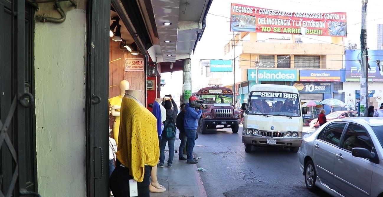 Comerciantes de la Calle Rodolfo Robles son un ejemplo de los gastos en que incurren comerciantes por la inseguridad. (Foto Prensa Libre: María Longo)
