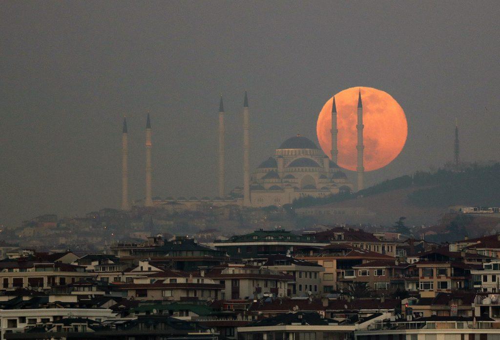 """La """"superluna de nieve"""", la más brillante de los próximos siete años, tras la mezquita de Camlica en Estambul. EFE"""