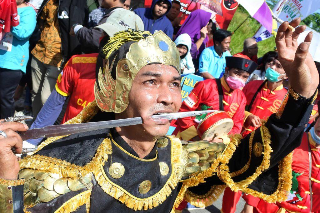 Un hombre indonesio participa en un desfile con una espada de metal atravesando su mejilla durante el Festival de Cap Go Meh en Singkawang, Kalimantan Occidental. AFP