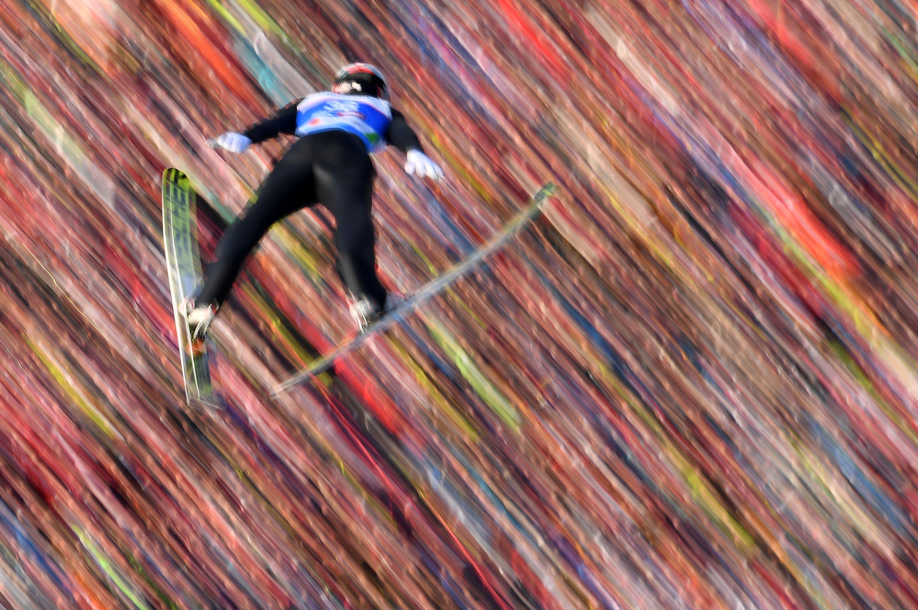Killian Peier de Suiza se eleva en el aire durante el evento de salto de esquí en el Campeonato del Mundo de Esquí Nórdico FIS en Bergisel-Schanze. AFP