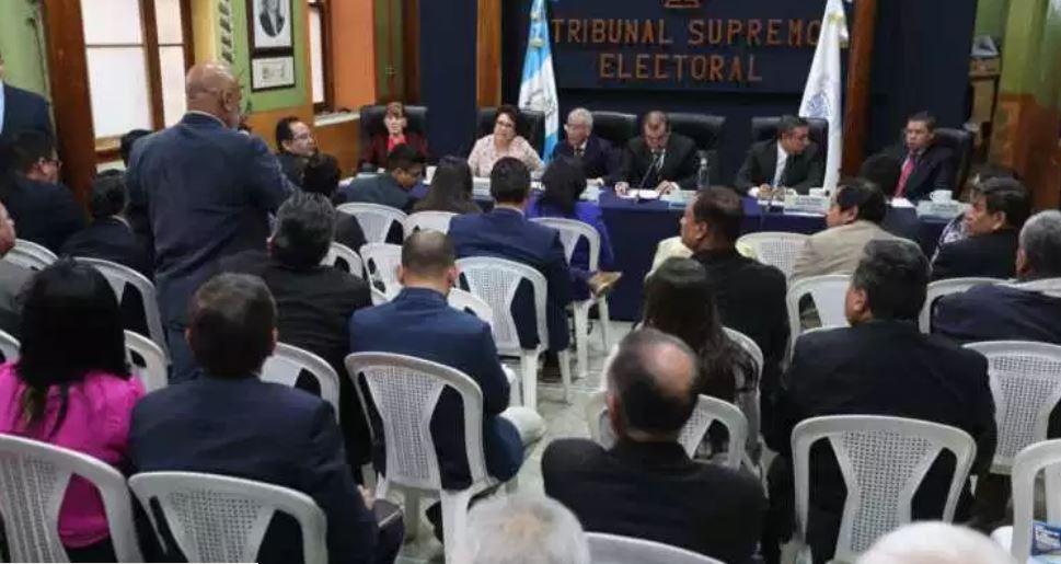 Los magistrados del TSE se reunieron con los fiscales de los partidos políticos. (Foto Prensa Libre: Érick Ávila)