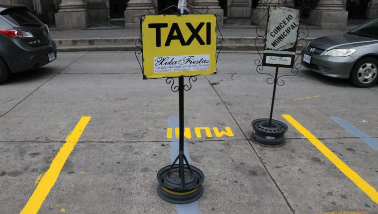Taxistas están inconformes con la llegada de Uber a Xela. (Foto Prensa Libre: María Longo)