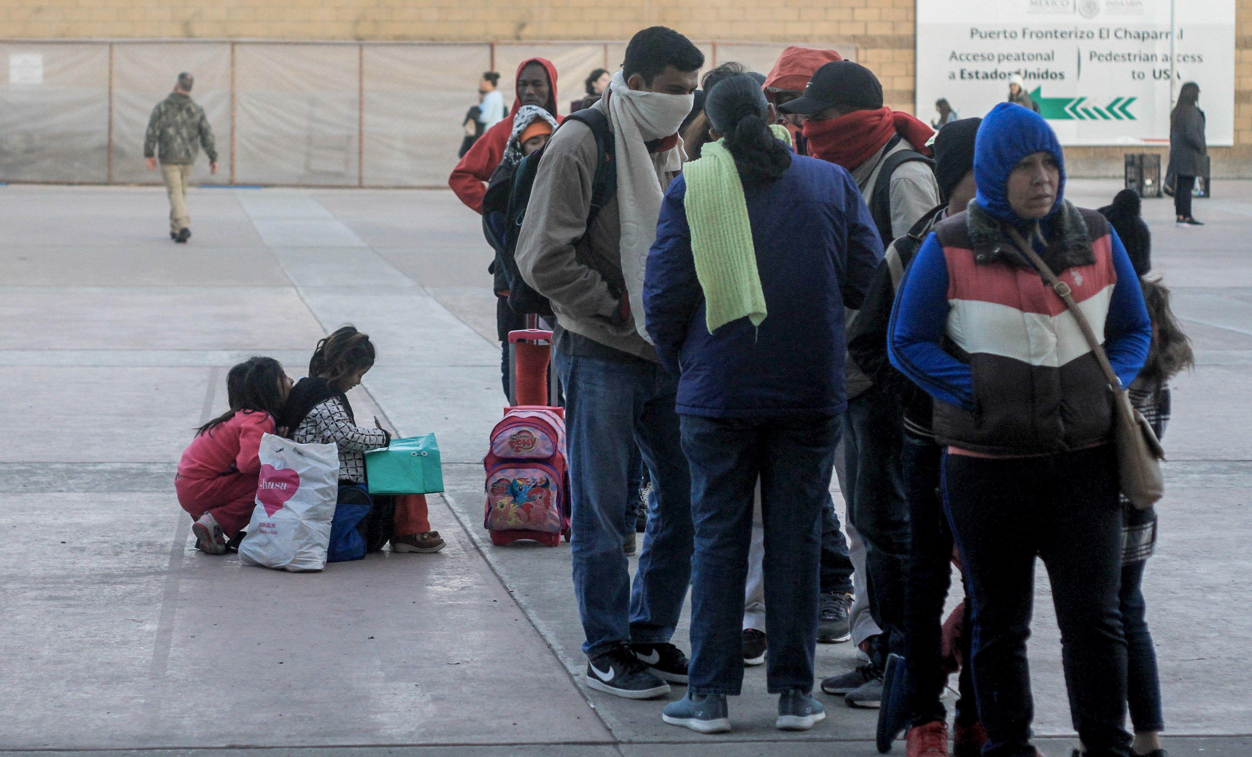 En Tijuana, México, migrantes esperan que avance su solicitud de asilo. (Foto Prensa Libre: EFE)