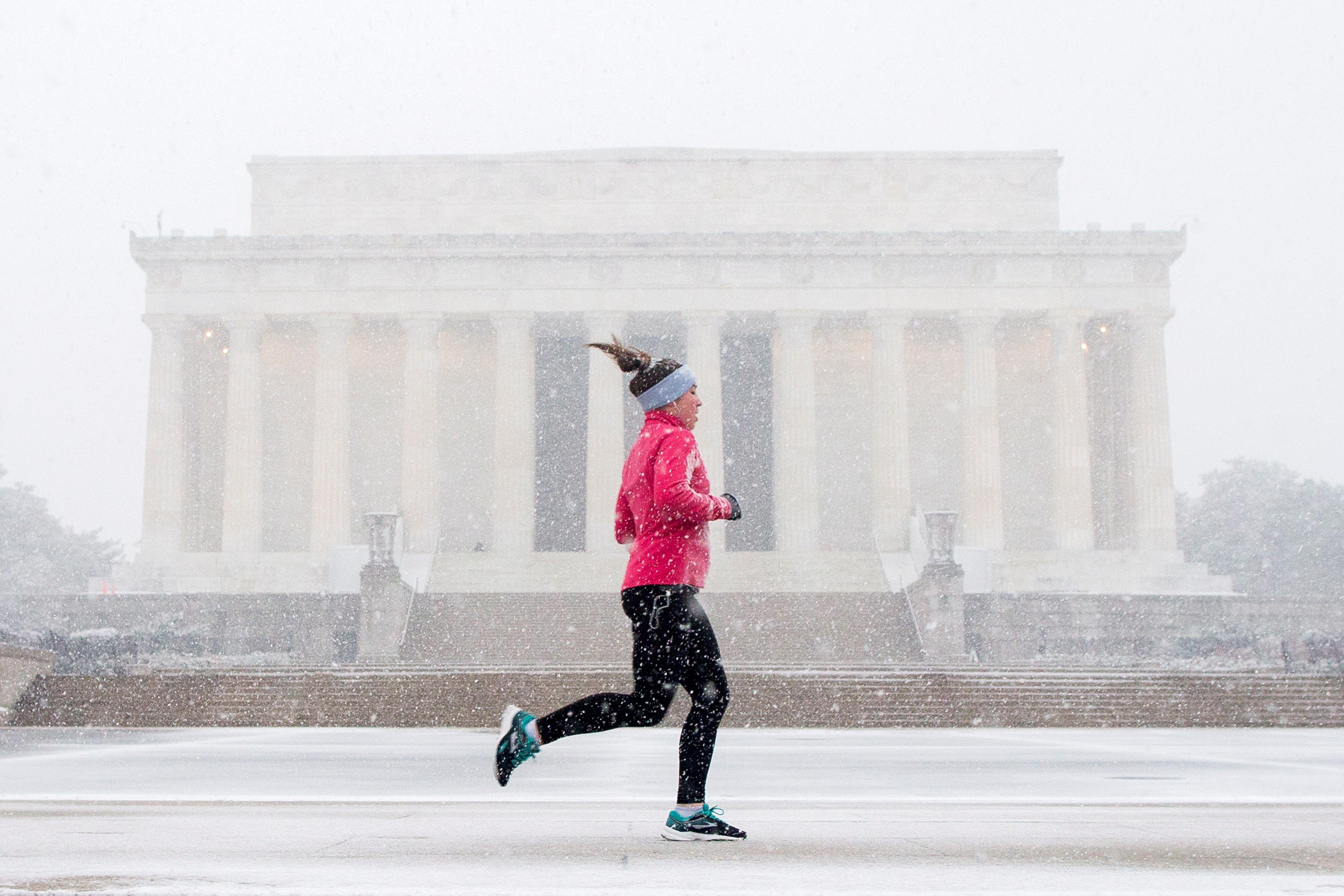 Una mujer corre frente al Memorial de Lincoln en Washington D.C. EFE