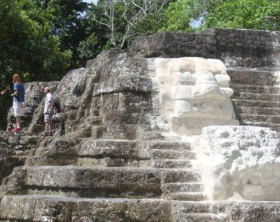 Uaxactún está integrada por ocho grupos arquitectónicos dispersos sobre cinco elevaciones naturales, rodeados de numerosos conjuntos residenciales. (Foto, Prensa Libre: Hemeroteca PL).
