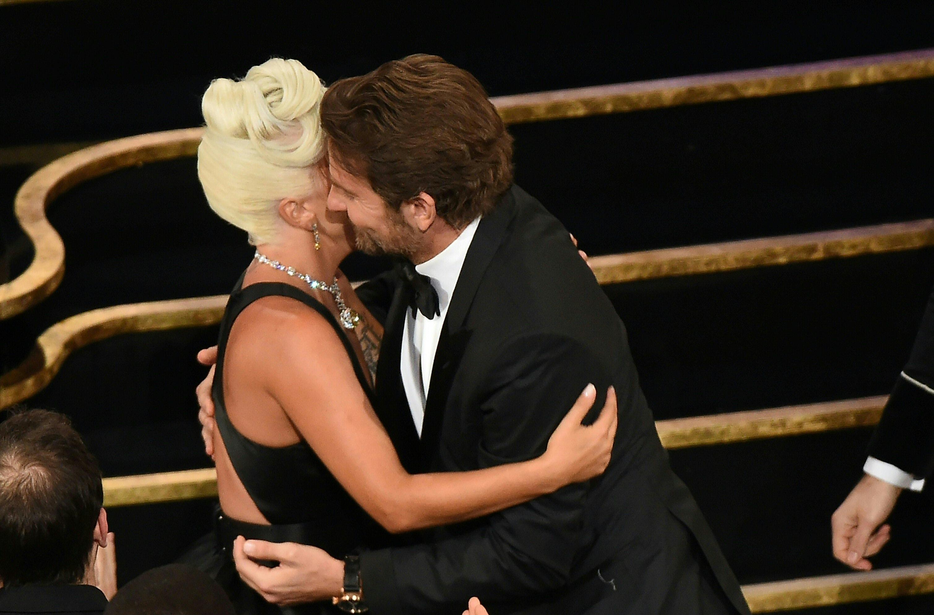 """Bradley Cooper y Lady Gaga se han mostrado muy cercanos luego de haber trabajado juntos en la cinta """"Nace una estrella"""". (Foto Prensa Libre: AFP)"""