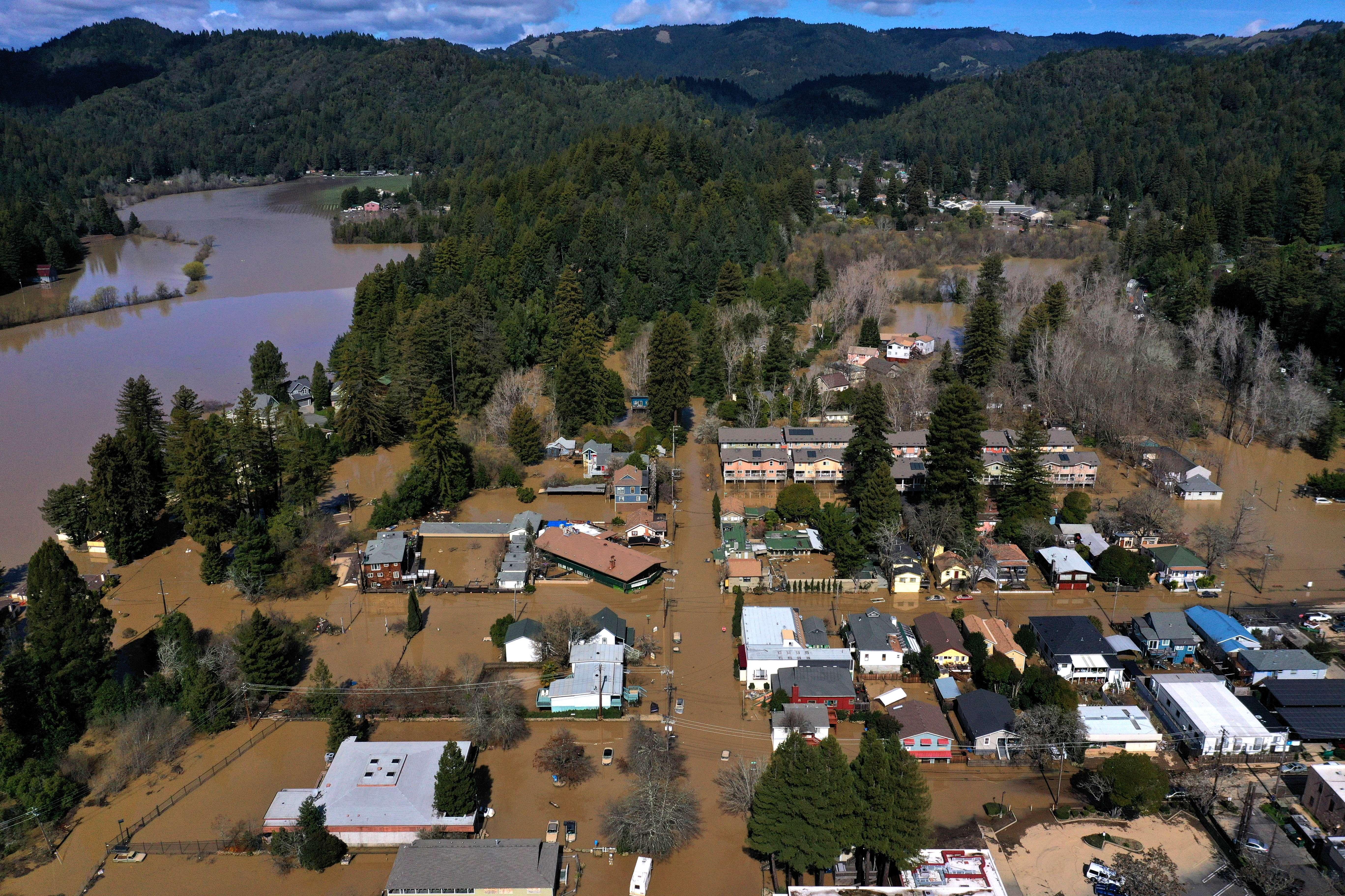Vista aérea de la localidad de Guerneville, California, donde el río Russian anegó a varios poblados con las primeras lluvias. (Foto Prensa Libre: AFP)