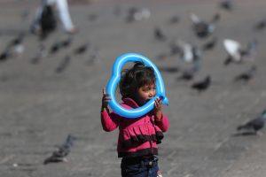Una niña juega con un globo en forma de corazón en la Plaza de la Constitución. (Foto Prensa Libre: Érick Ávila)