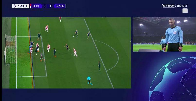 Momento en el que el árbitro analiza la jugada en el juego entre Ajax y Real Madrid. (Foto Prensa Libre: Twitter)