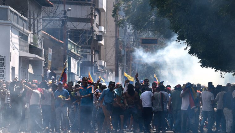Protesters clash with the security forces in a demonstration against the government of Nicolas Maduro, in San Antonio del Tachira, Venezuela on February 23, 2019. - Venezuela's opposition leader Juan Gauido announced Saturday that a first shipment of humanitarian aid had entered Venezuela through its border with Brazil, deying a blockade by President Nicolas Maduro. (Photo by Federico Parra / AFP)